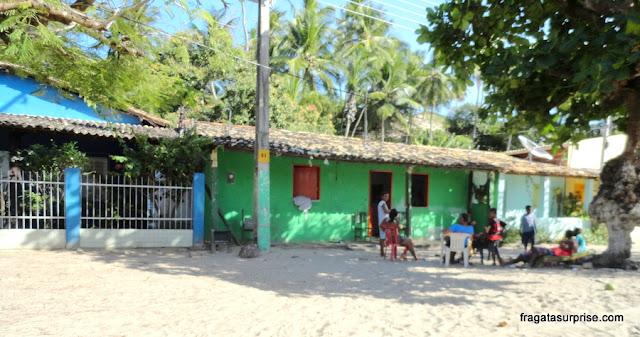 As ruas da Vila de Mangue Seco não têm calçamento. O piso é de areia da praia