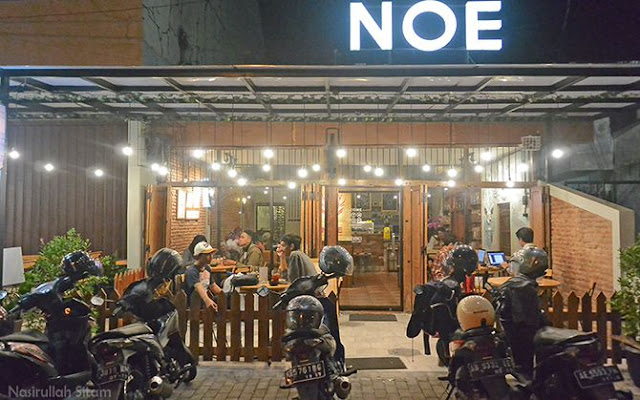 Noe Coffee & Kitchen terlihat dari tepi jalan