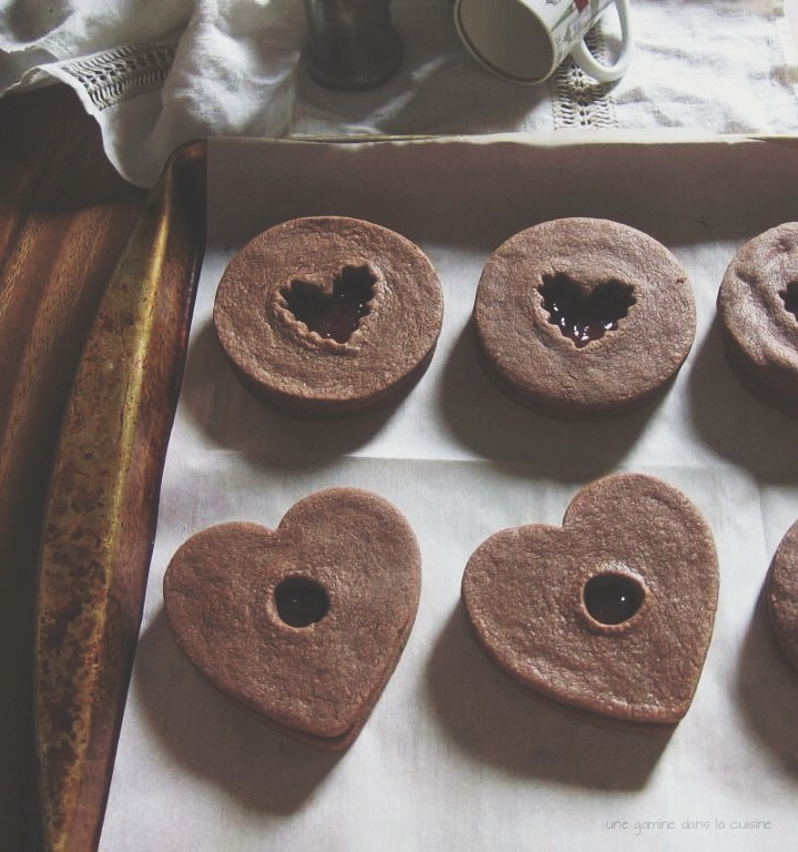 salt + pepper chocolate sandwich cookies with strawberry jam | gamine dans la cuisine