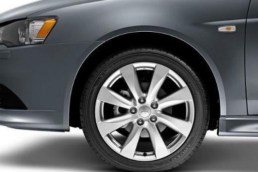 0639080c8afbe O design exterior acentua a identidade do Lancer, com maçanetas externas,  retrovisores e para-choques na cor do veículo, além da ponteira do  escapamento ...