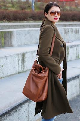 novamoda style, novamoda stylizacje, Novamoda streetstyle, khaki, styl oficerski, brązowa torebka, classic, jesienny płaszcz, płaszcz, casual style, jesienne inspiracje, jesienny styl, jesień w mieście, Marc o'Polo, blog moda po 30ce, kobiety, styl życia, oliwkowy płaszcz, płaszcz khaki, w militarnym stylu, jak nosić płaszcz