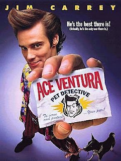 Cartel de la película Ace Ventura, 1994. Muestra a Jim Carrey con una tarjeta en su mano que reza: Pet Detective, detective de animales domésticos