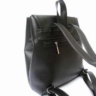 Detalle del bolsillo exterior en la espalda de cartera mochila en símil cuero