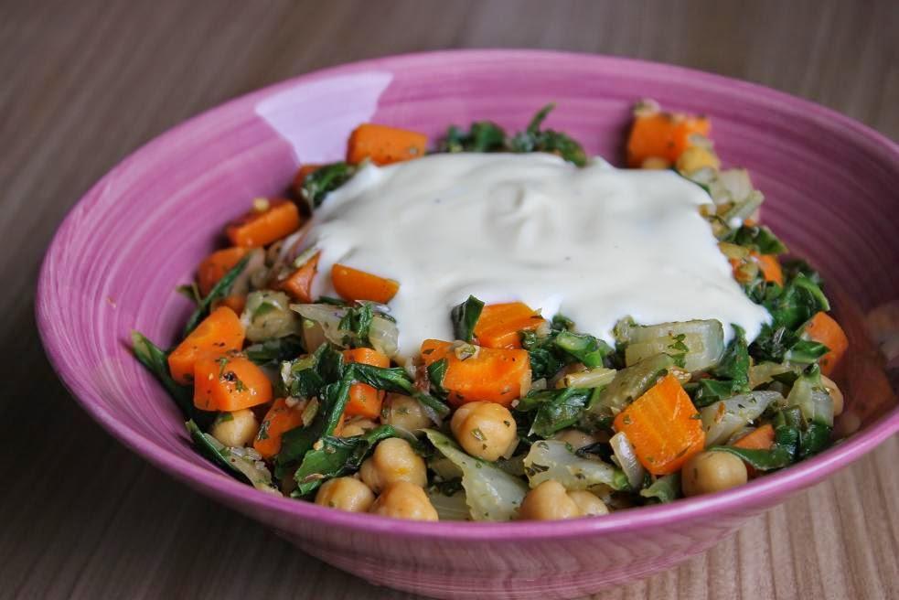 Kichererbsenpfanne mit Karotten und Mangold