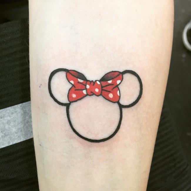 chica con tatuajes pequeños y muy lindos