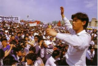El líder estudiantil Wuer Kaixi se dirige a la muchedumbre concentrada en la plaza de Tian'anmen (1989, fotógrafo: Manuel Vimenet)