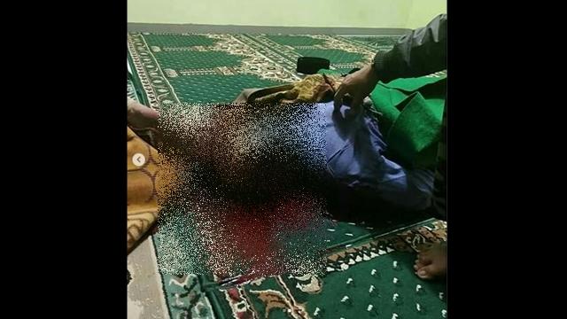Ngeri! Di Sumedang, Seorang Jamaah Masjid Dikampak Saat Shalat Isya