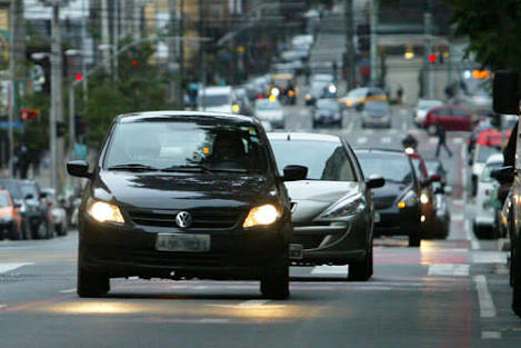 Uso de farol baixo aceso durante o dia nas estradas passa a valer em 8 de julho em todo país