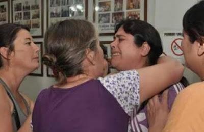 Mujer llora por el remate de su casa por el Banco