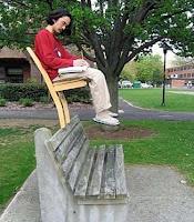 Witziger Asiate sitzt auf Parkbank lustig - perfekter Gleichgewichtssinn