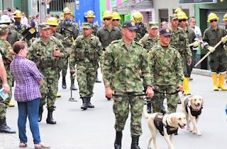 soldados en el desfile militar día de la independencia colombia bello