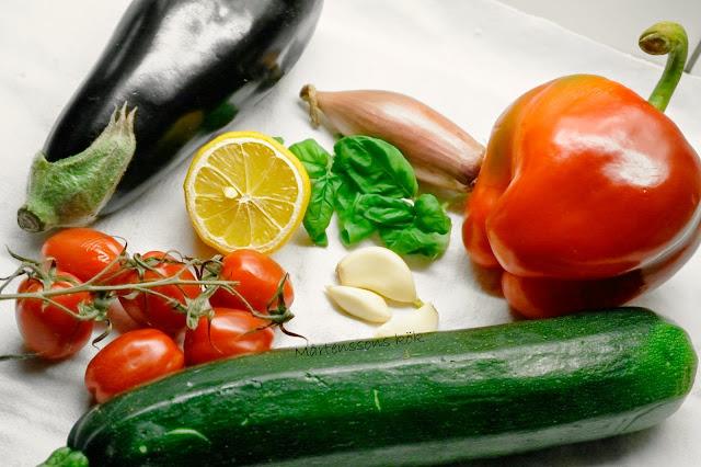 korvlåda med färskkorv och grönsaker