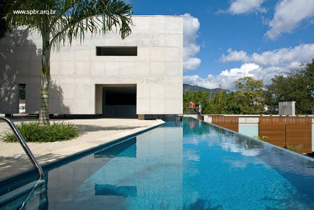 Piscina exterior y sector más elevado de la casa en Río de Janeiro
