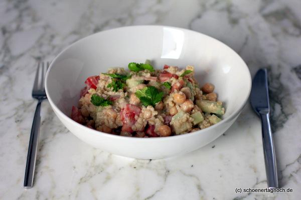Schneller Falafelsalat mit Kichererbsen, Gurken, Tomaten, Bulgur, frischem Koriander und Tahini-Dressing