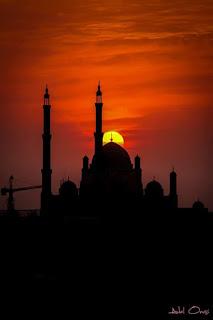 في منتصف شهر كانون الثاني ، من عام ألف و تسعمائة و تسعة و تسعون ميلادية . بعد زوال قرص الشمس بساعات , قصة قصيرة , بعنوان , وِحدةُ , الحكمة , تألبف , عادل أنسي محمد .