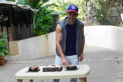 bollywood-actor-hrithik-roshan-celebrates-his-birthday-fans-media-his-residence