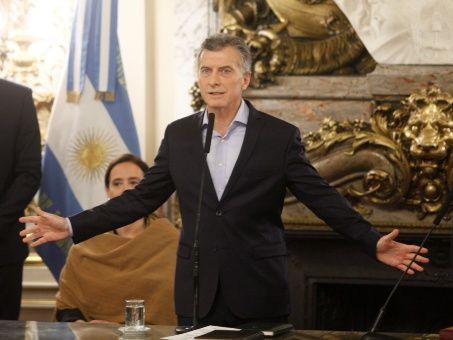 Más despidos y congelamiento de empleos públicos en Argentina