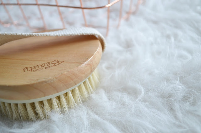 uroda, pielęgnacja, gadżety kosmetyczne, For Your Beauty, drewniana szczotka do masażu, ewa schmitt, Opaska kosmetyczna na włosy, Calypso, gąbki do demakijażu