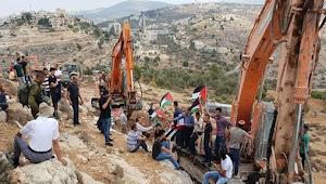 Warga Palestina Berusaha Cegah Buldoser Israel Hancurkan Ras Karkar