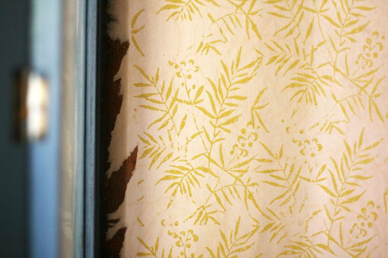 Papel interior de la vitrina pintado con rodillo de estampado y Autentico Chalk Paint.