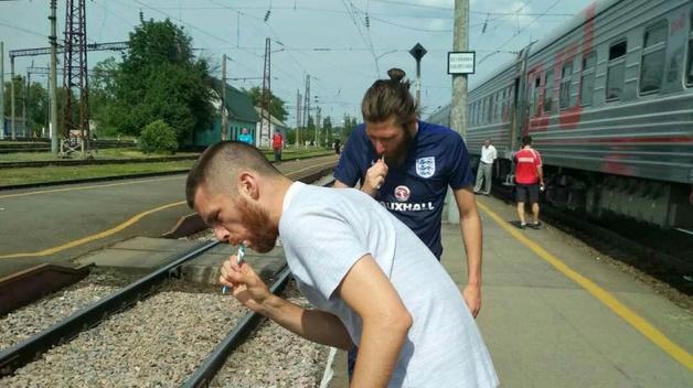 Не витримали «запаху» в туалеті: в Росії іноземні фанати виходили з поїзда, щоб почистити зуби