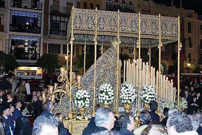 Palio de la Virgen de Loreto de la Hermandad de San Isidoro en procesión de Semana Santa en Sevilla