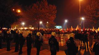 """Η πρωτοφανής αστυνομοκρατία, με """"κορδόνια"""" ΜΑΤ να γεμίζουν το κέντρο της πόλης προκάλεσε τα δημοκρατικά αισθήματα των διαδηλωτών, που με την παραμονή τους στο χώρο του πεζοδρόμου της Περιφέρειας απαιτούσαν την απομάκρυνση τους."""