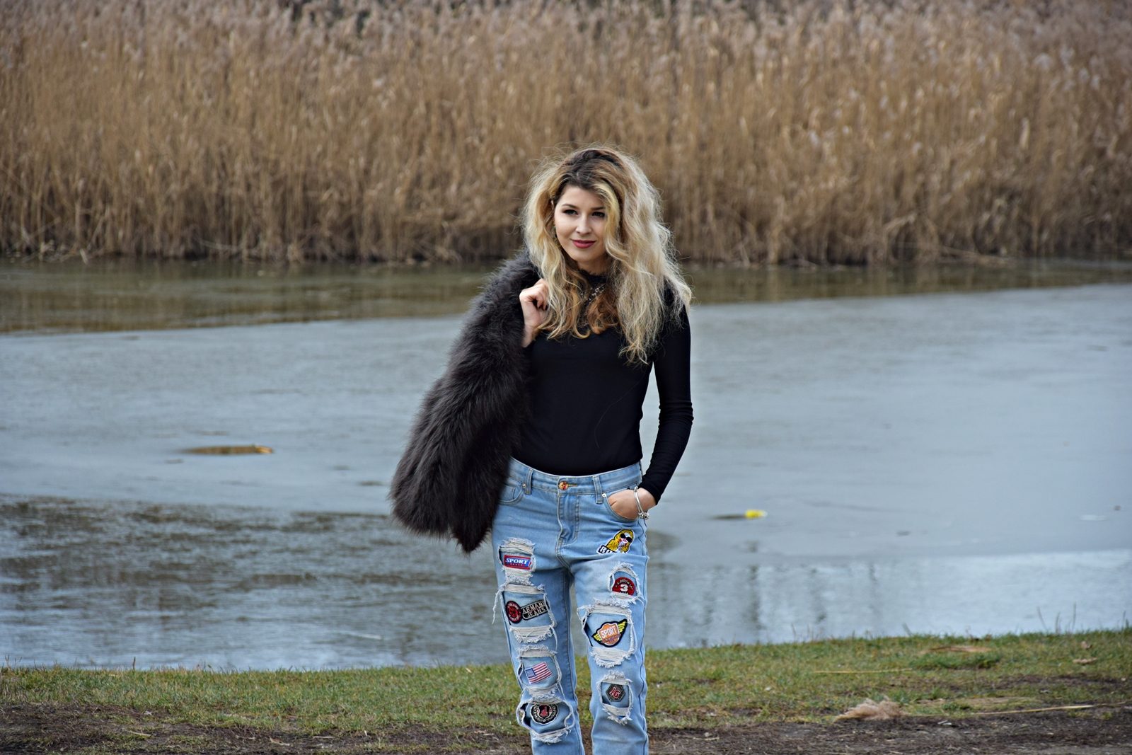 Tinuta relaxata formata din jeansi si haina de blana