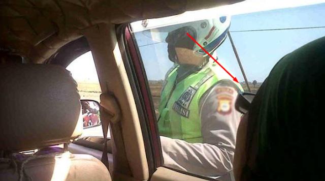 Saat Polisi Ini Tahu Siapa Wanita Itu, Polisi Ini Langsung Hormat Seketika Setelah Mengetahui Pekerjaan Ibu Ini!!