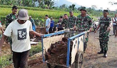 Kekompakan TNI dan Warga Terus Terjaga di Pembangunan Jalan TMMD