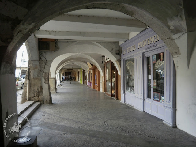 NYONS (26) - Halles médiévales (XIVe siècle)