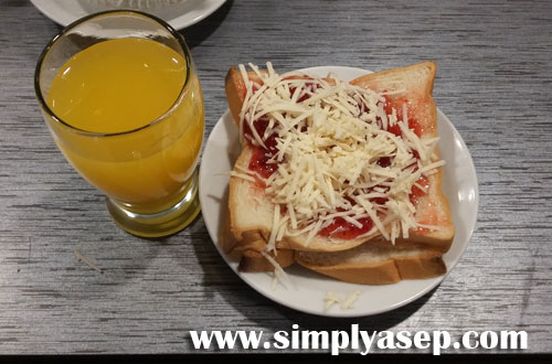 FAVORIT : Salah  satu menu sarapan pagi yang saya gemari sejak lama yakni Roti Tawar dengan olesan selai strawberry dan keju. Minum tentu Jus Jeruk.  Foto Asep Haryono