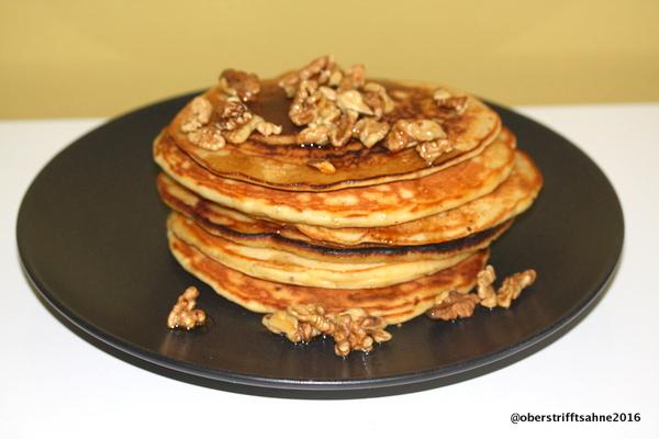 Pancakes mit Apfel, Walnuss, Zimt und Ahornsirup