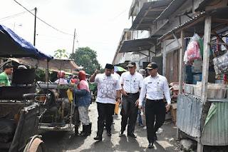 Bapak Wlikota Tanjungbalai dan Kepala Dinas Peedagangan dan Perindustrian Kota Tanjungbalai berkeliling di Pasar suprapto