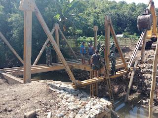 Kodim Bima Bergerak Cepat Bantu Perbaikan Jembatan Putus