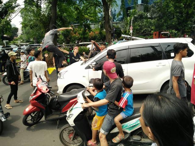 Pengemudi Mobil Diserang Di Depan Mall Kokas Karena Rombongan Iringan Jenazah Tidak Diberi Jalan.