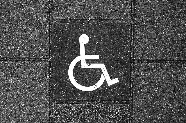 Symbole du handicap peint sur le sol