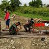 Masyarakat  Perbatasan, Bersama Satgas Yonif  725/Woroagi Perbaiki Jembatan Ambruk Akibat Banjir
