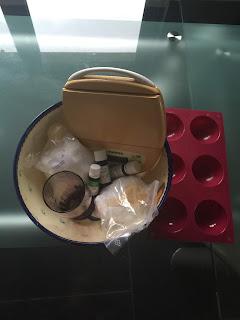 Ingrédients et ustensiles pour la réalisation des bombes pour nettoyer les toilettes