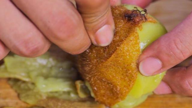 Mengupas Buah kiwi dengan direbus