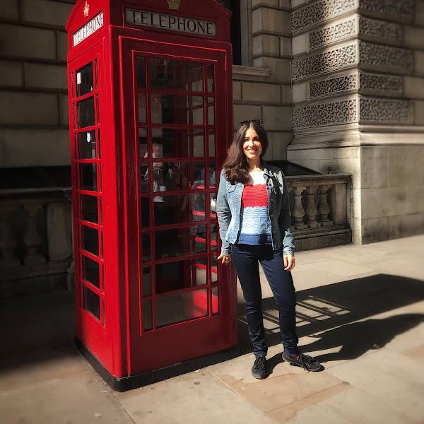Style: Übergangsoutfit mit Lederjacke, Sweatshirt im Farbblock-Design und Jeans