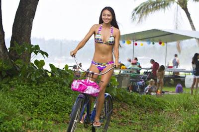 tris seksi berbikini di hanalei beach, hawaii