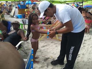 Projeto distribui pulseiras de identificação para crianças em praias de Arraial do Cabo