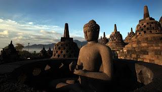 patung dan stupa candi borobudur