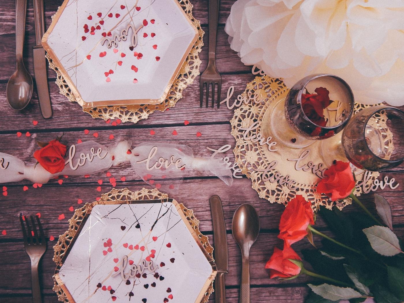 1 partybox stroje dekoracje gadżety na imprezy na urodziny na rocznice na ślub na wesele zaręczyny ozdobne talerze ozdobne sztućce dodatki wystrój wnętrz konfetti balony love tiul dekoracyjny złote dodatki