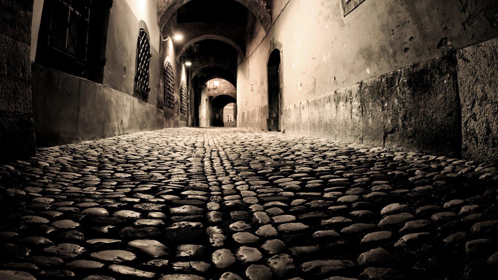 Vista de un callejón oscuro en Puebla