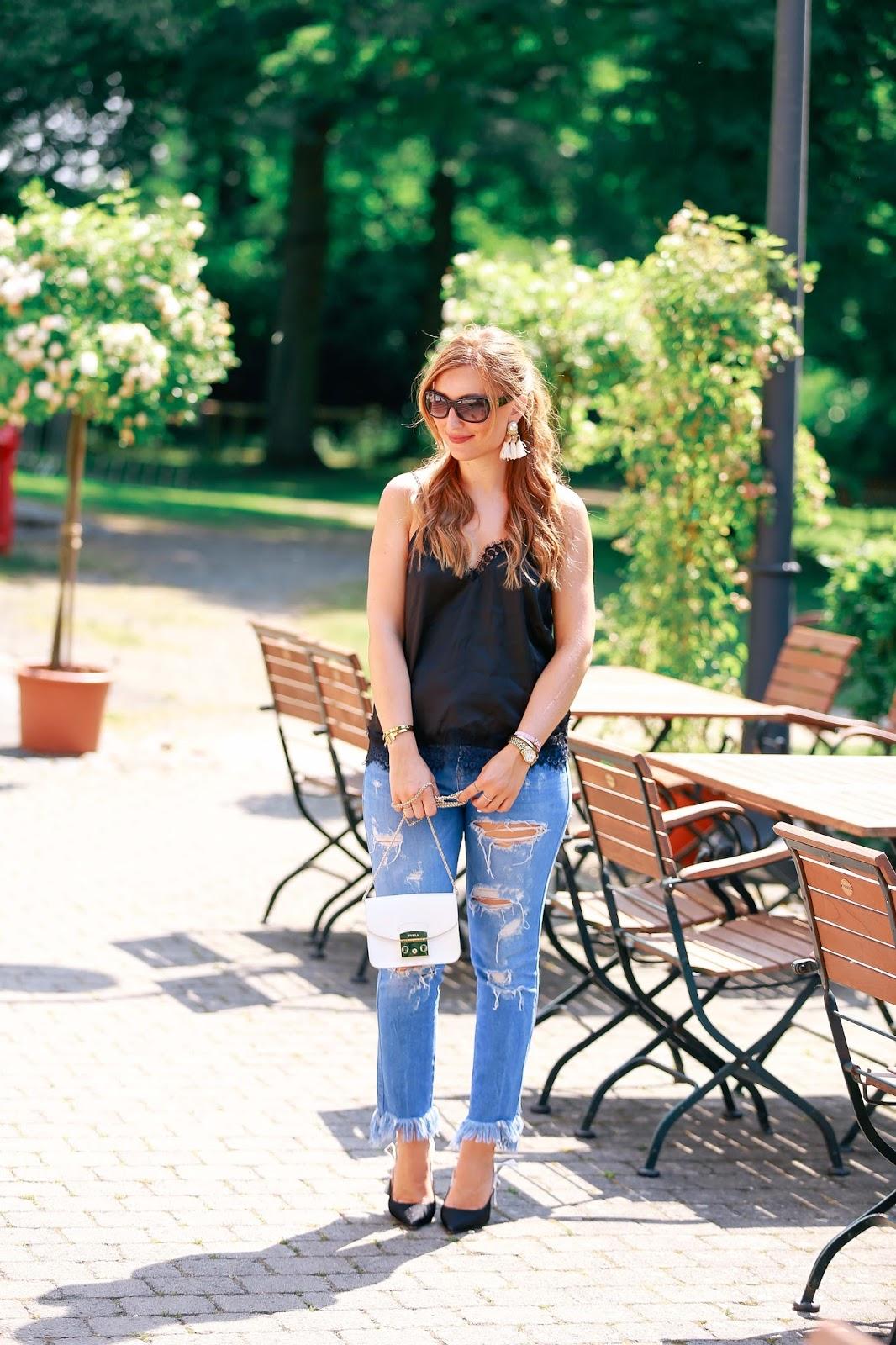 Wiekombiniert-man-ein-seidentop-mit-ripped-jeans