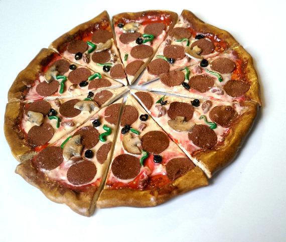 gantungan kunci berbentuk pizza yang sangat lezat