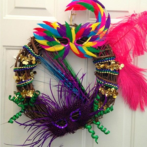 Ideias-de-guirlandas-para-decoracao-de-carnaval-penas-plumas-mascaras