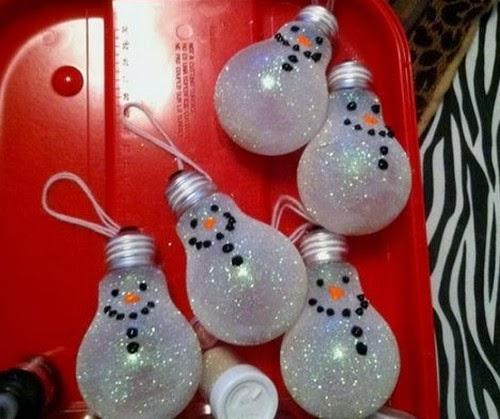 Adornos navideños colgantes con bombillas recicladas
